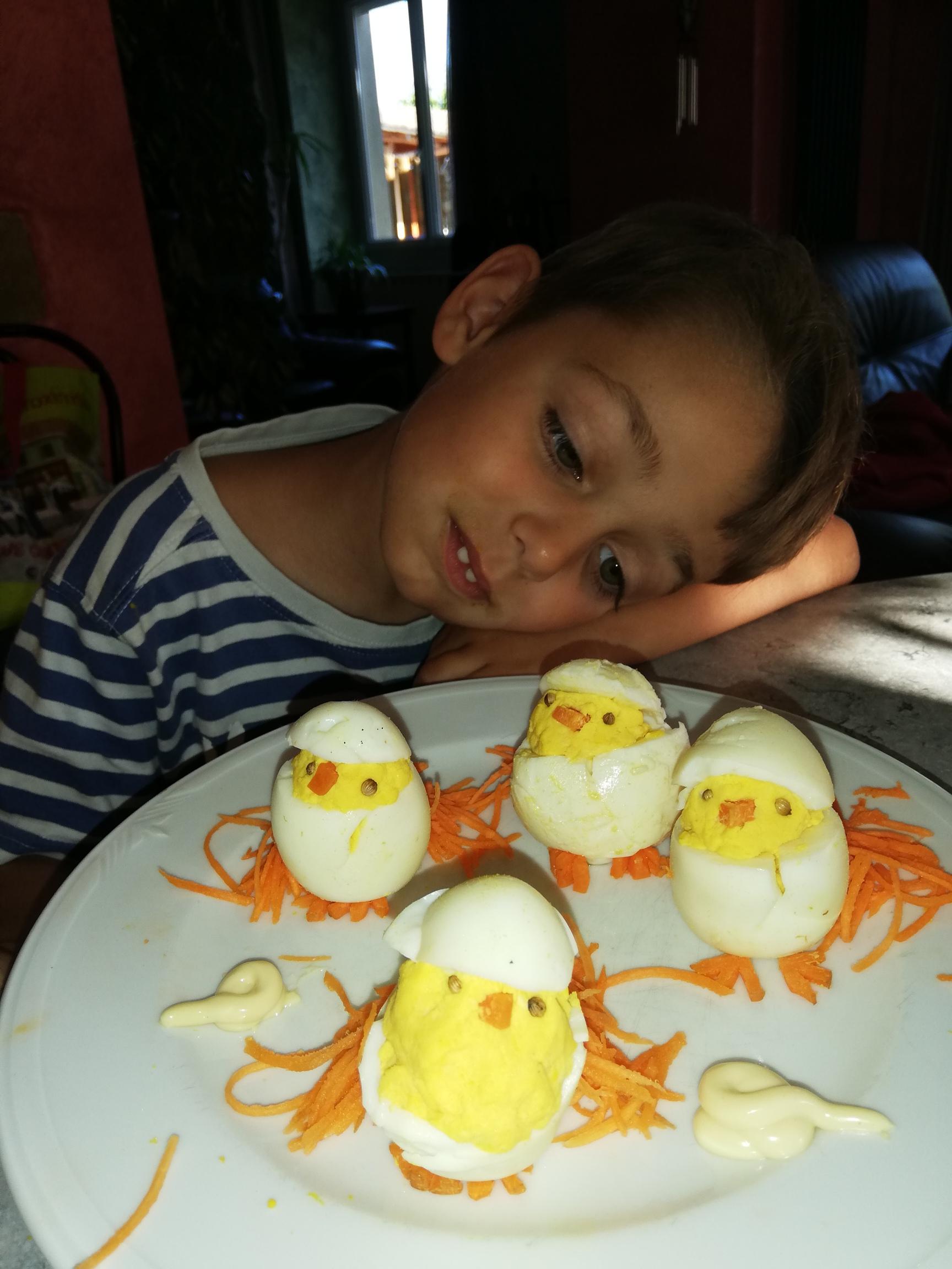 14- GAGNANTE Gastronomie d'un petit Yanis avec ses petits poussins