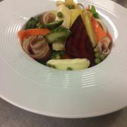 Salade de printemps au picodon et pancetta Corse
