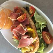 Gaspacho de melon et sa tartine aux légumes grillés et jambon de Parme