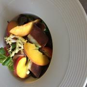 Salade aux magrets marinés et aux pèches