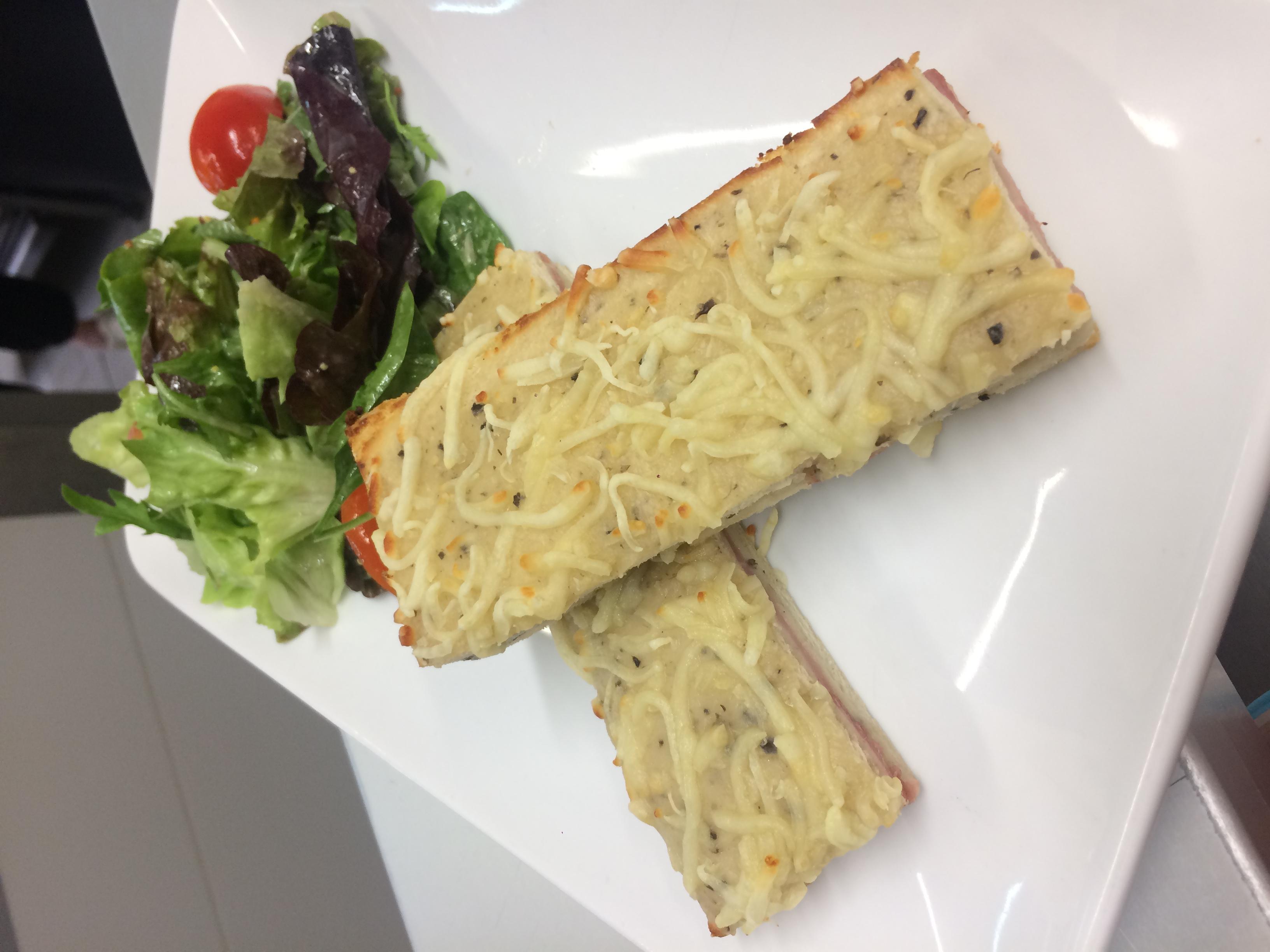 Croque-monsieur aux truffes et sa salade