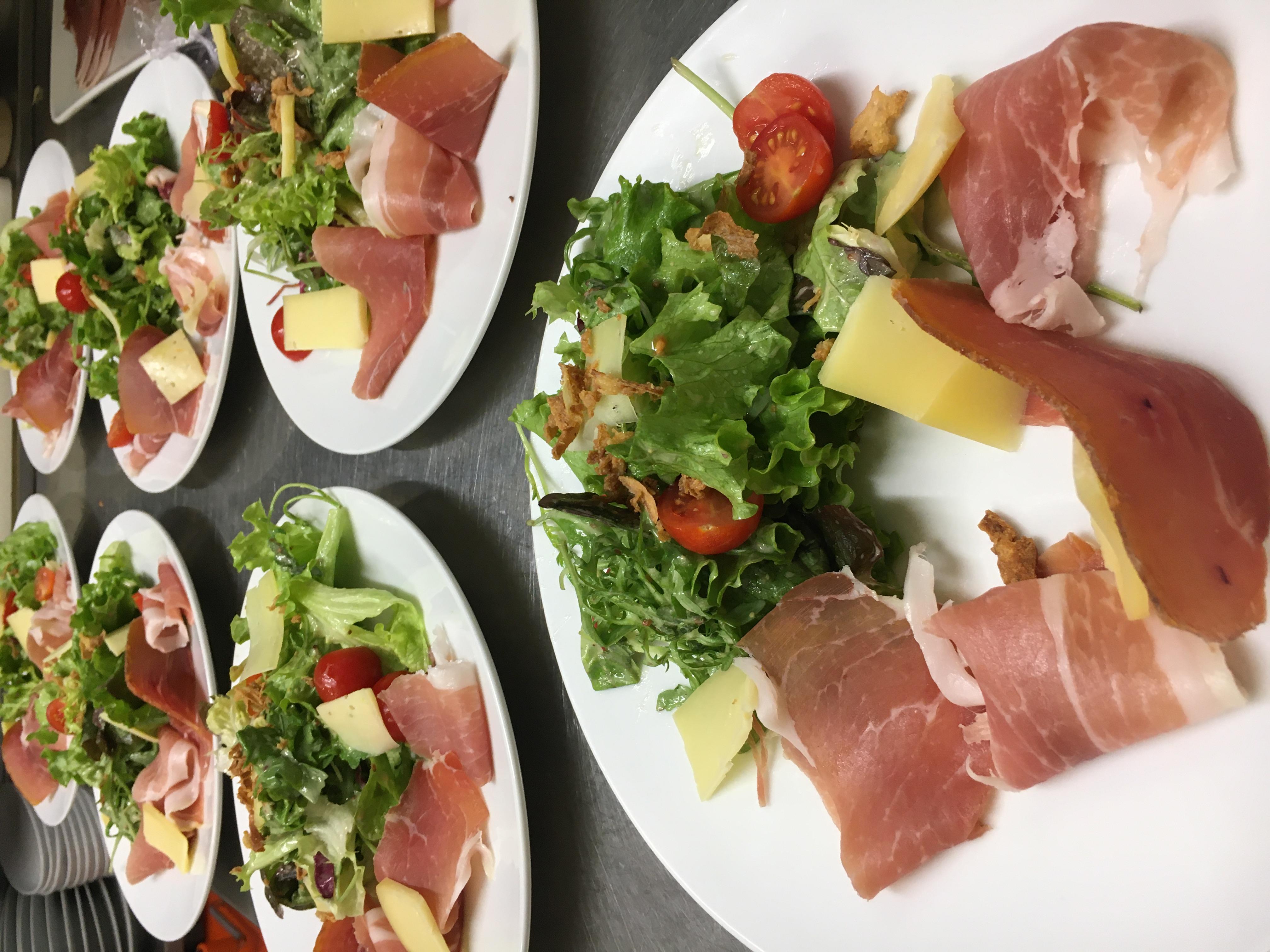 Salade au jambon cru de Savoie et ses copeaux d'Abondance