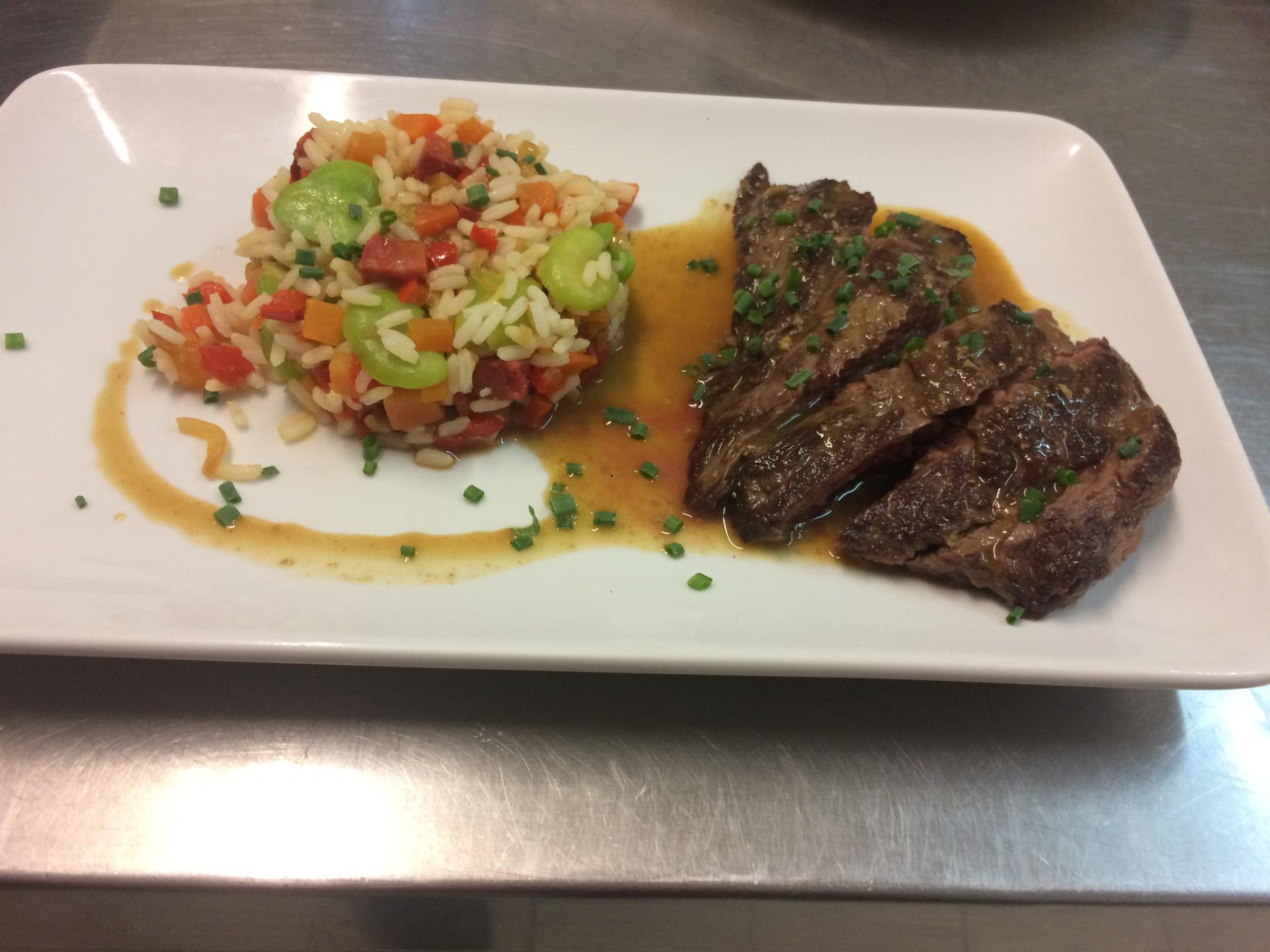 Bavette de taureau et son riz camarguais aux légumes