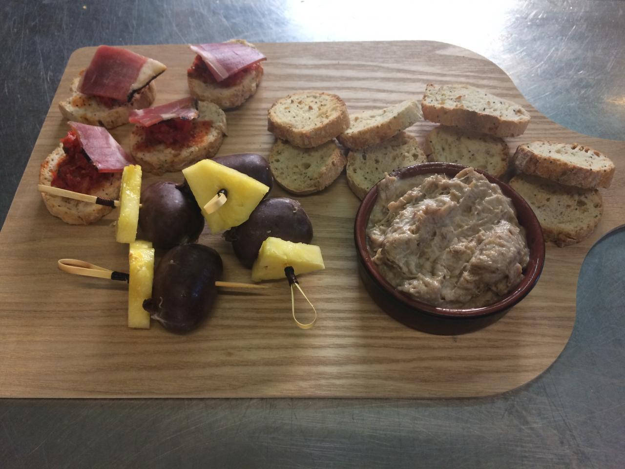 Brochette de boudin Antillais et ananas-Rillette d'oie-Bruschetta au jambon corse