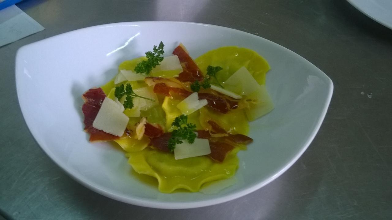 Cappellacci aux asperges vertes, chips de jambon