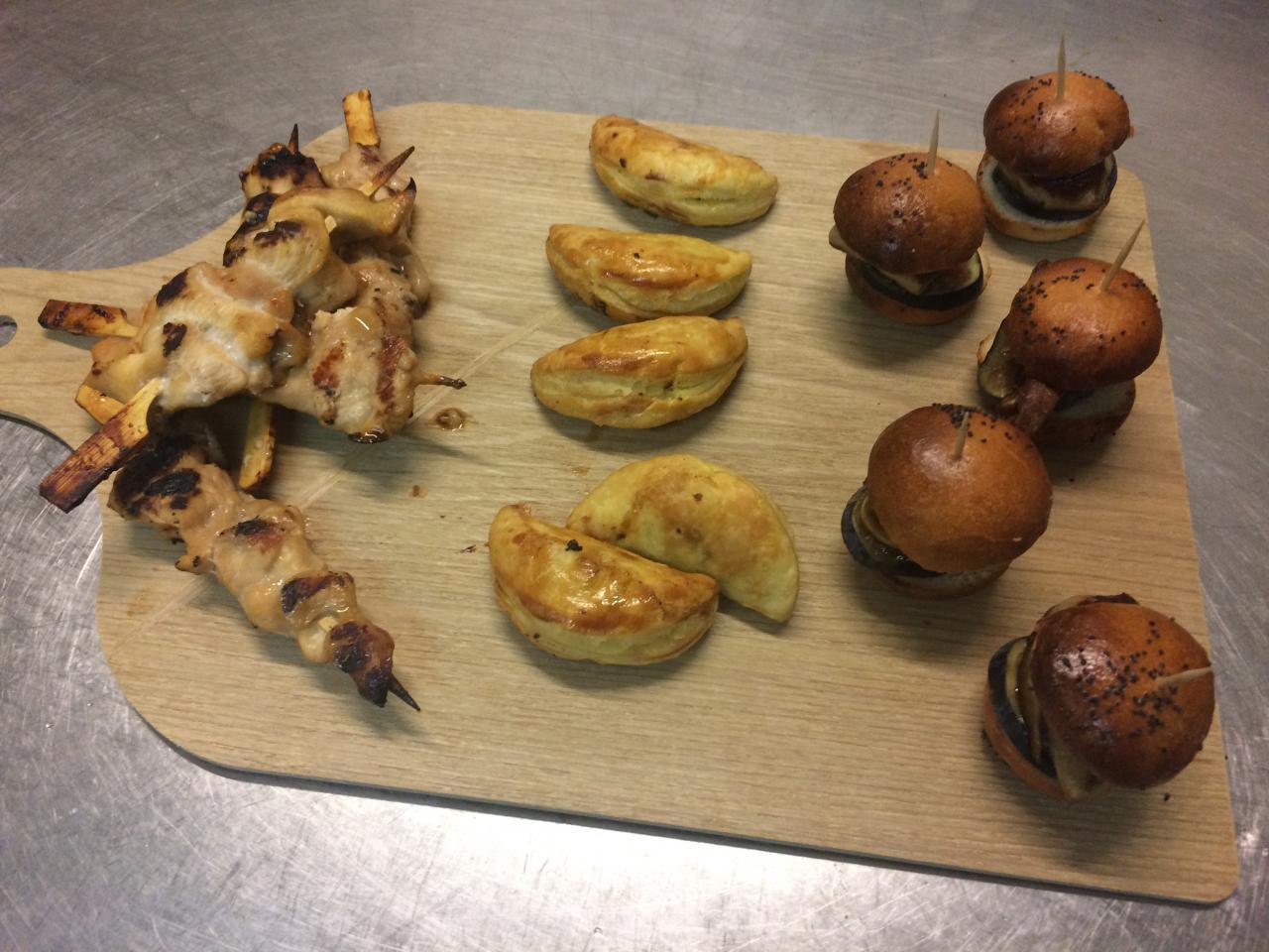 Mini burger foie gras et figue-Empanadas de boeuf-Mini brocette Yakitori