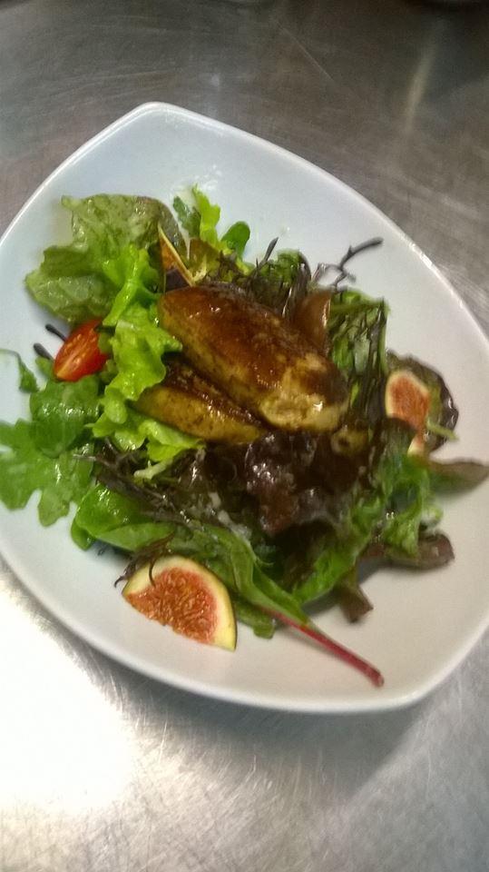 Salade au foie gras poêlé et aux figues
