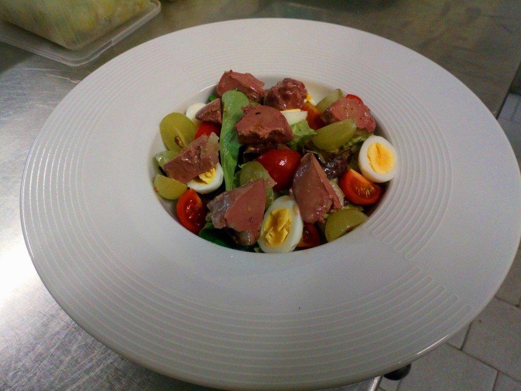 Salade aux foies de volaille confits et œufs de caille