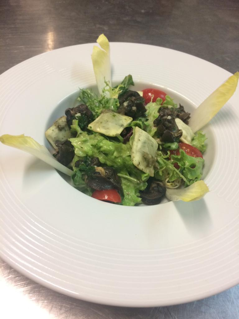 Salade bourguignonne aux ravioles d'escargot de la Mère Maury