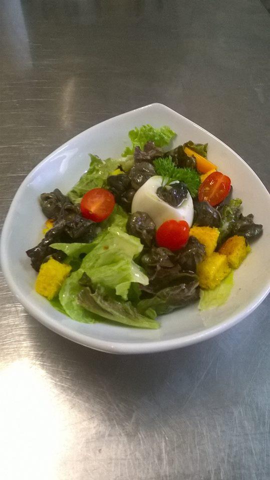 Salade bourguignonne (escargots, œuf, croutons)