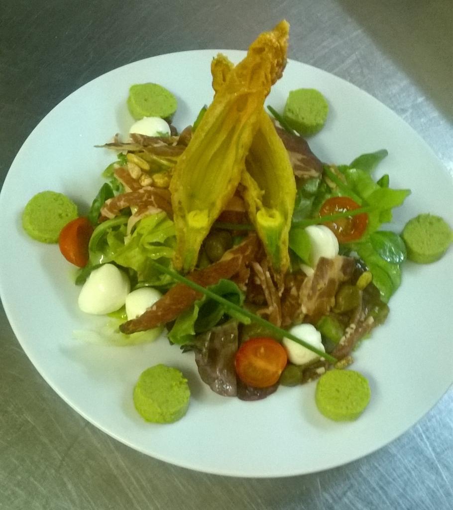 Salade printanière et son beignet de fleur courgette