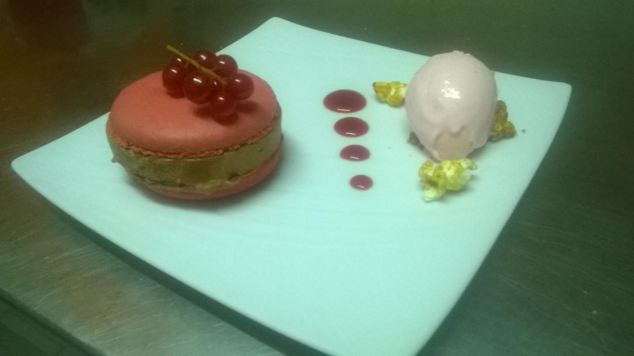 Macaron au chocolat et son cœur coulant à la framboise St Valentin