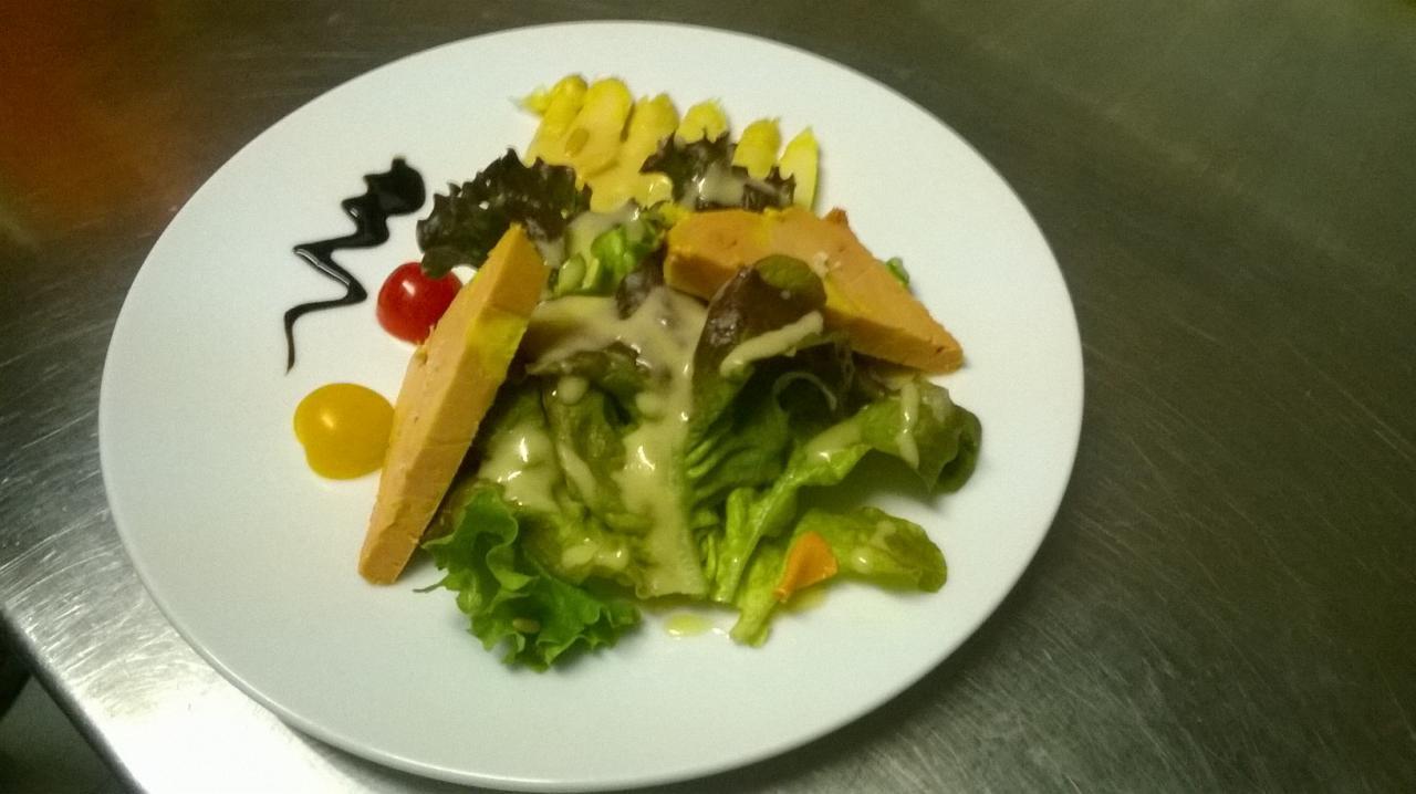 Salade aux pointes d'asperges et foie gras