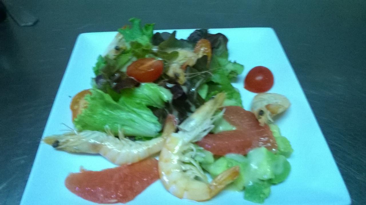 Salade aux crevettes et pamplemousses