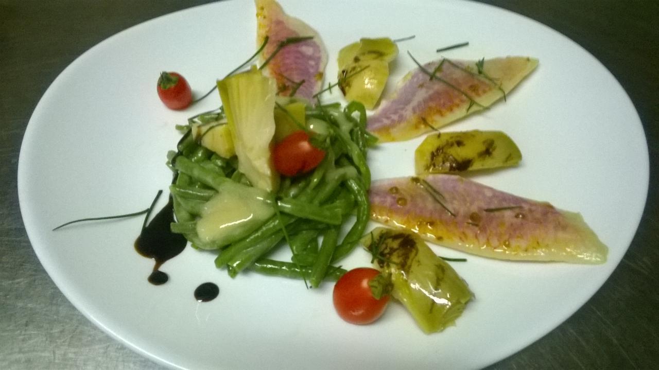 Salade de haricots et artichauts, rougets marinés