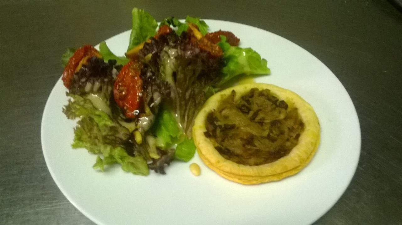 Tarte pissaladière, salade aux tomates confites