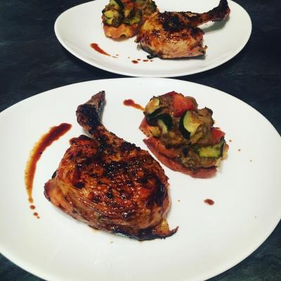 Poulet mariné cuit au barbecue et sa bruschetta aux légumes grillés