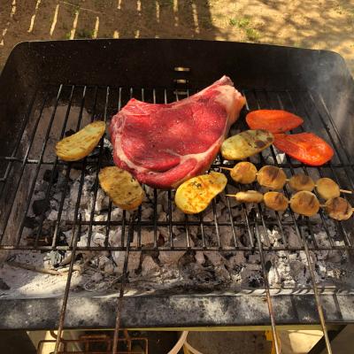 Côte de bœuf et légumes au barbecue