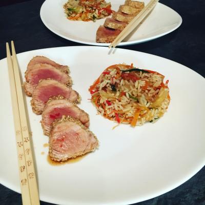Tataki de thon, riz sauté aux légumes