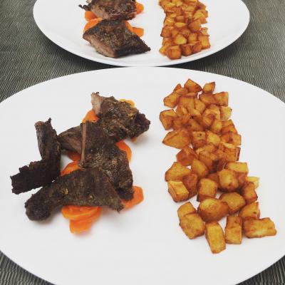 Hampe de cochon au barbecue, pommes de terres rissolées et carottes confites